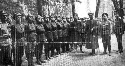 Женский батальон. Мадам Бочкарёва между генералом Половцевым и Михаилом Масленниковым