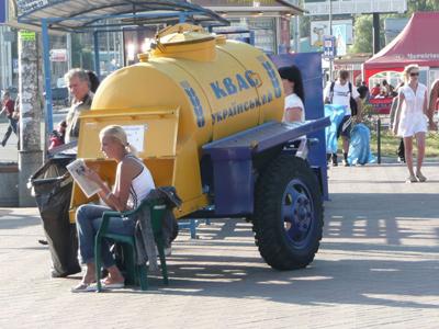 Una habitual cisterna con kvas en una calle de Kiev