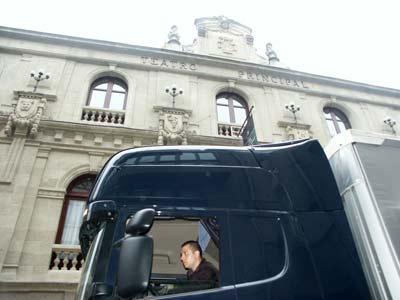 Camión en el casco histórico de una ciudad