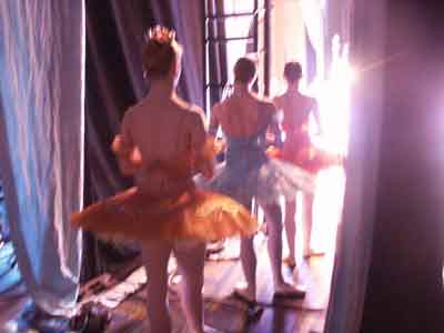 Bailarinas saliendo al escenario