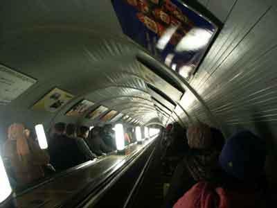 Una escalera mécanica en el metro de Moscú
