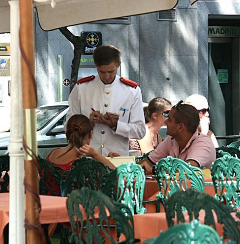 """Летняя терраса кафе """"Хихон"""" в Мадриде"""