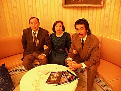 El antiguo director técnico del Museo de Aviación de Cuatro Vientos Juan Manuel Riesgo, la hija del piloto Dolores Meroño y el diseñador Paco Canales