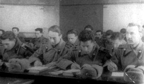 На занятиях, сержант, третий слева