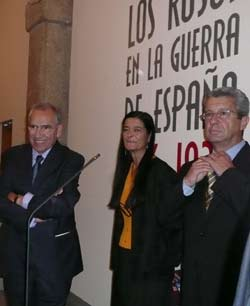Alfonso Guerra, presidente de la Fundación Pablo Iglesias; una representante del centro cultural Conde-Duque; el historiador Ricardo Miralles.