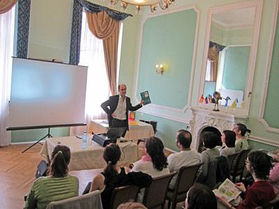 Virgilio Borobio dando una charla en San-Petersburgo