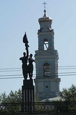 Un monumento a jóvenes comunistas con una iglesia al fondo